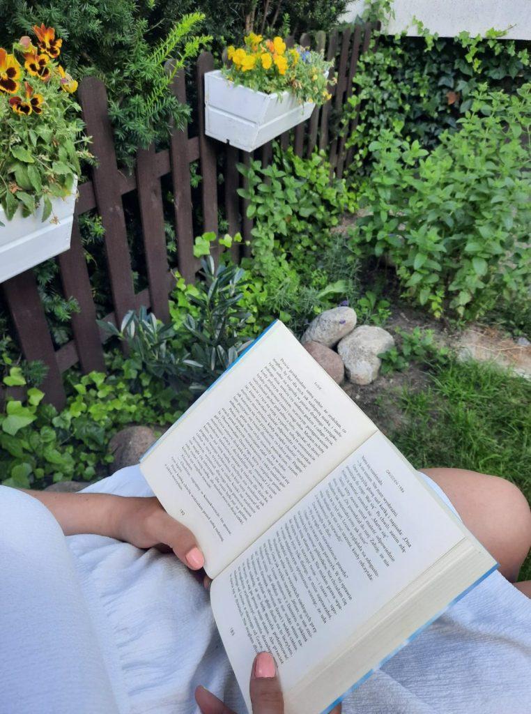 Poczytaj książkę. Weź roślinę.